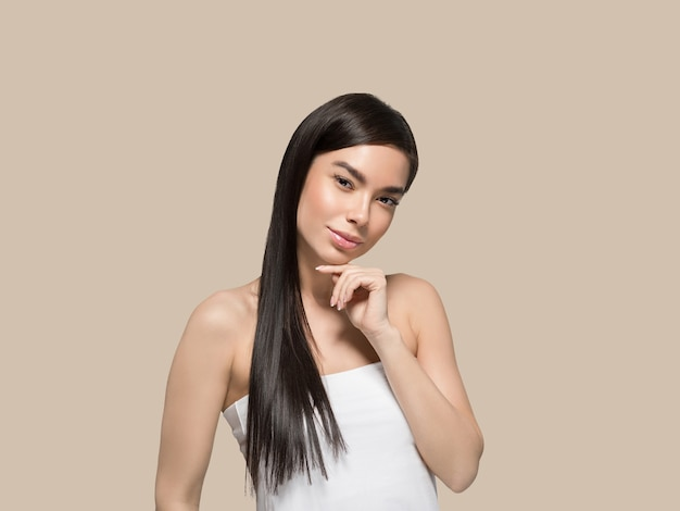Beauté de la femme asiatique soins de la peau en bonne santé et beaux cheveux portrait de modèle féminin fond de couleur marron