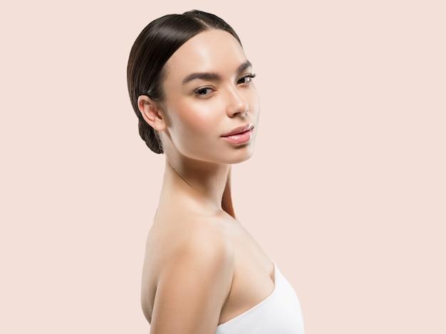Beauté de la femme asiatique soins de la peau en bonne santé et beaux cheveux portrait de modèle féminin fond de couleur rose
