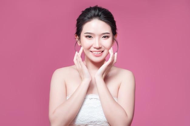 Beauté femme asie beauté et peau bronzée uv asie pour le fond rose