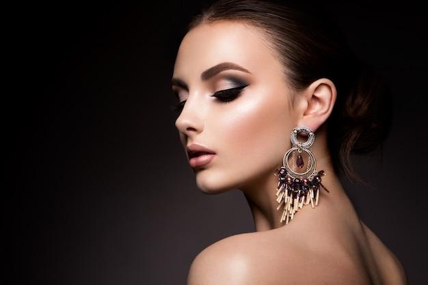 Beauté femme aux yeux bleus et lèvres roses.