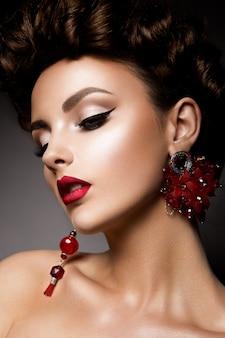 Beauté femme aux yeux bleus et lèvres rouges.