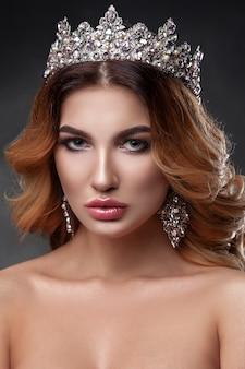 Beauté femme avec belle couleur de maquillage, couronne sur sa tête.
