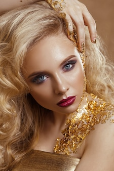 Beauté femme, cheveux blonds, maquillage professionnel, couleur or.