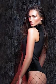 Beauté femme avec les cheveux mouillés et maquillage naturel