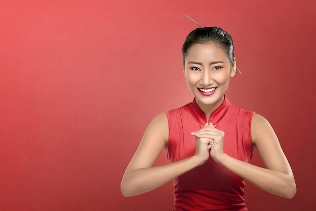 Beauté femme chinoise avec robe cheongsam et geste de la main