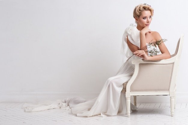 Beauté femme avec coiffure et maquillage de mariage.