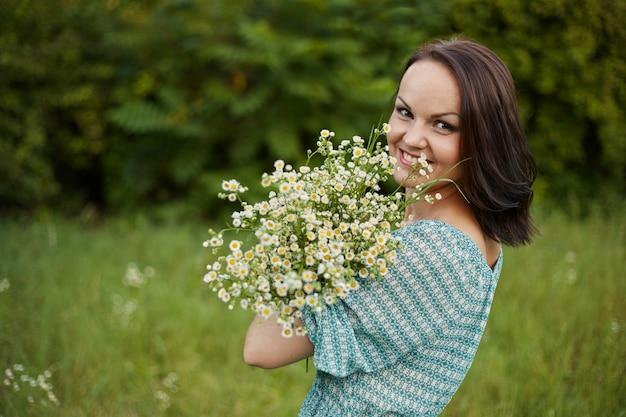 Beauté femme romantique en plein air