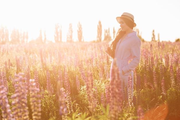 Beauté femme romantique qui marche dans le champ.