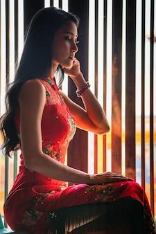 Beauté femme et tenir les sacs dans le nouvel an chinois
