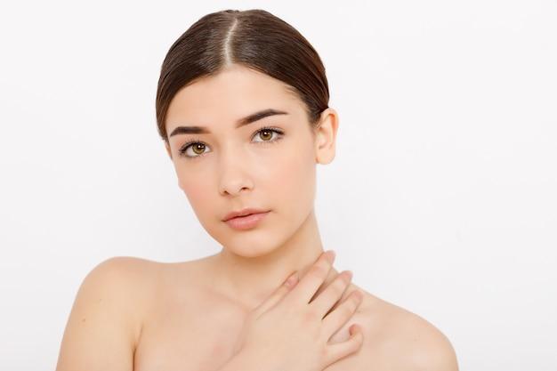 Beauté femme visage peau propre belle beauté féminine yeux lèvres parfait teint sain. jolie femme propre peau fraîche. expressions faciales expressives .cosmétologie, beauté et spa