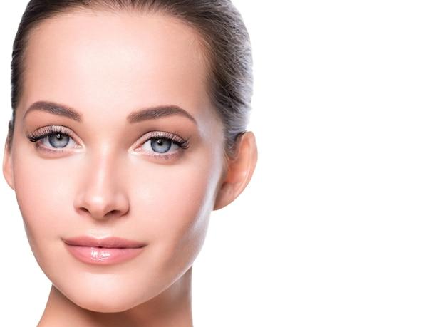 Beauté femme visage peau saine maquillage naturel beau jeune modèle. prise de vue en studio.