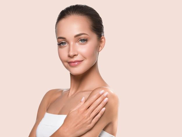 Beauté femme visage peau saine spa propre. beaux cheveux de jeune mannequin. couleur de fond jaune