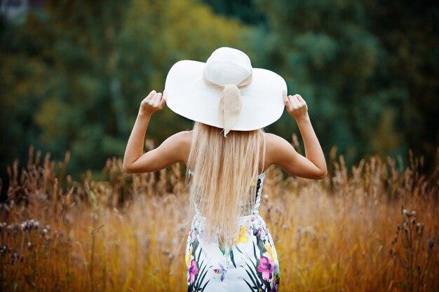 Beauté femmes dehors profiter de la nature