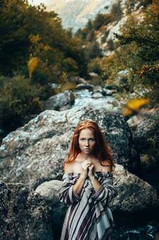 Beauté fille romantique à l'extérieur. belle adolescente modèle sur le terrain et près de la rivière dans la lumière du soleil. l'automne. glow sun, sunshine. rétro-éclairé. tonifié dans des couleurs chaudes