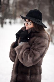 Beauté heureuse femme sourire d'hiver