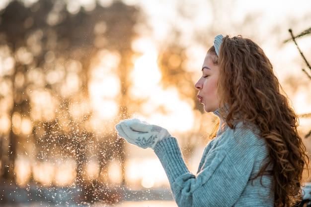Beauté hiver fille poudrerie dans le parc d'hiver glacial. en plein air.
