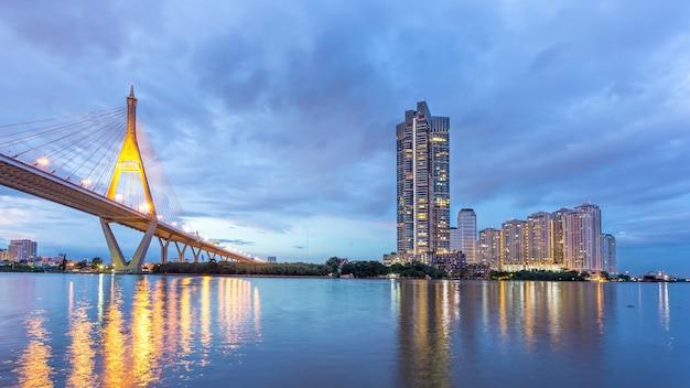 Beauté de l'image du pont bhumibol avant le crépuscule coucher de soleil bangkok thaïlande