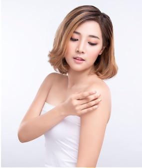 Beauté jeune femme asiatique avec une peau du visage parfaite. gestes pour le traitement de la publicité spa et cosmétologie.