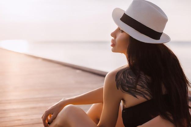 Beauté jeune femme belle naturelle, robe pâle posant, vacances tropicales,