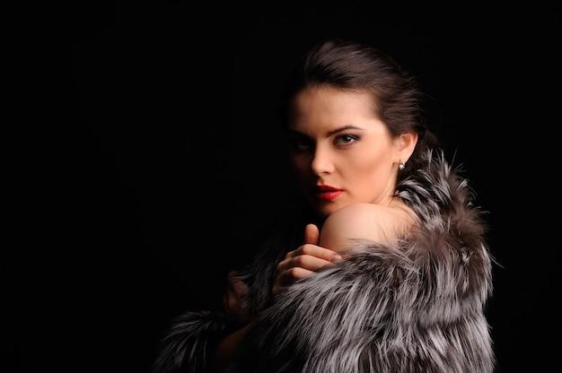 Beauté mannequin fille en manteau de fourrure de vison bleu. belle femme d'hiver de luxe