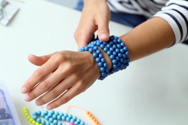 Beauté, mode. joli bracelet bleu