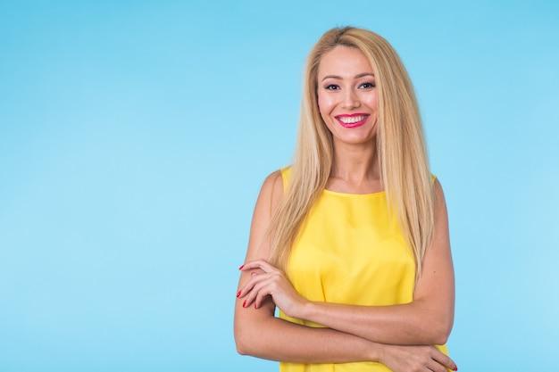 Beauté mode portrait d'été de femme blonde aux lèvres rouges et robe jaune