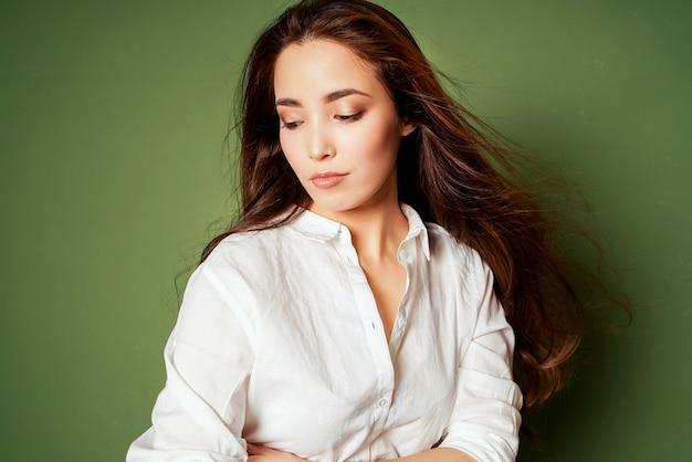 Beauté mode portrait de jeune femme asiatique souriante sensuelle avec de longs cheveux noirs en chemise blanche