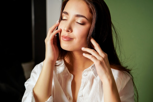 Beauté mode portrait de sensuelle fermeture yeux jeune femme asiatique avec de longs cheveux noirs en chemise blanche