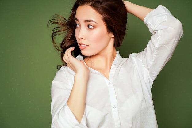 Beauté mode portrait de souriant sensuel surpris jeune femme asiatique avec de longs cheveux noirs en blanc