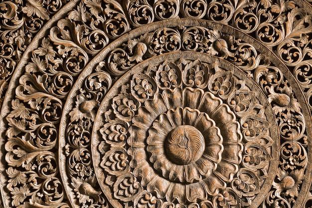 Beauté à motifs de la sculpture sur bois.