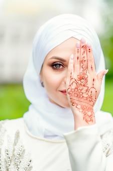 Beauté orientale. mariée musulmane avec beau motif mehendi. portrait de la mariée sur nikakha