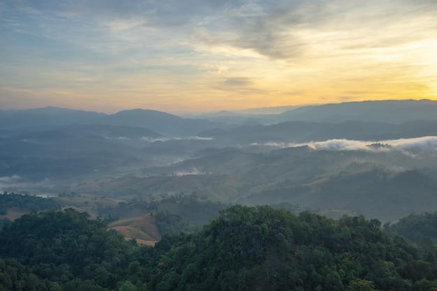 La beauté des paysages de montagne avec une lumière chaude le matin.