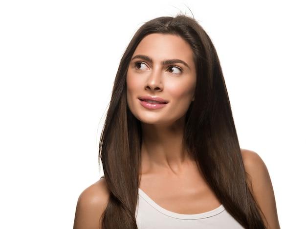 Beauté peau femme saine maquillage naturel peau propre beau modèle. isolé sur blanc.