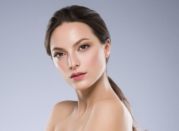 Beauté peau femme visage concept cosmétique cheveux sains et maquillage naturel. prise de vue en studio.