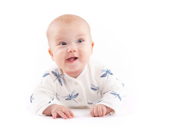 Beauté petit garçon en jupe libellule bleue