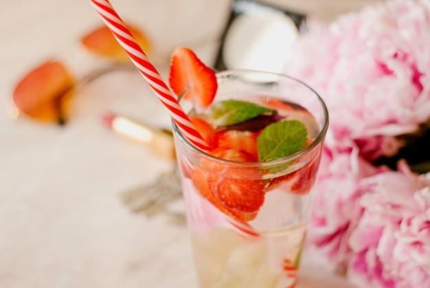 Beauté plat poser avec fraise detox eau