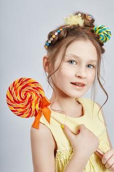 Beauté portrait fille naturelle propre peau, cosmétiques et maquillage pour les enfants. fille sourit et pose sur une lumière dans le studio. ,