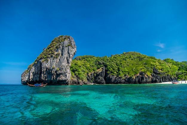 Beauté roche calcaire dans la mer d'adaman, thaïlande