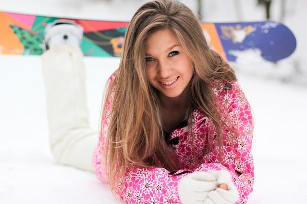 Beauté snowboarder pente sourire manteau