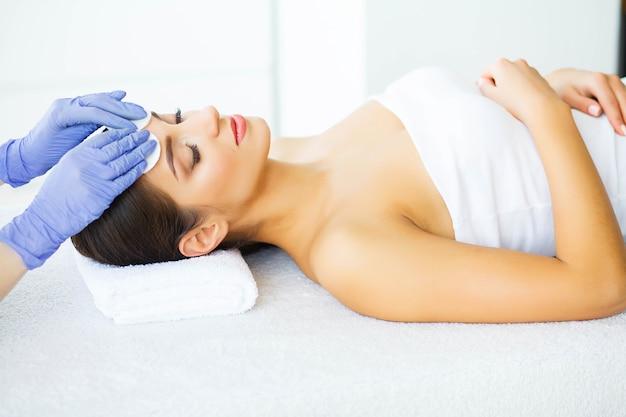 Beauté et soins. jeune fille avec une peau propre dans le salon spa. femme se détendre et se coucher avec les yeux fermés. haute résolution