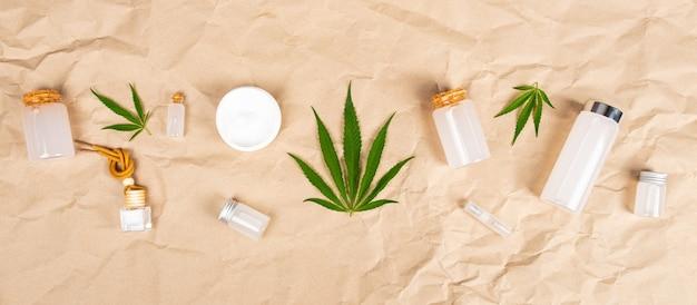 Beauté soins de la peau cosmétiques naturels au chanvre, bouteilles cosmétiques avec toner et crème pour la peau avec extrait de cannabis.