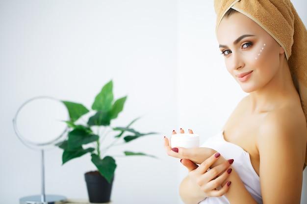Beauté et soins, portrait de jeune fille avec une serviette sur la tête