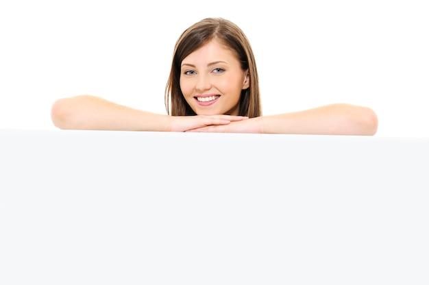 Beauté visage féminin heureux avec panneau d'affichage vide