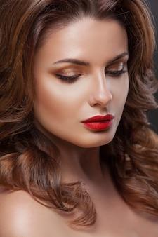 Beauté visage femme avec belle couleur de maquillage.