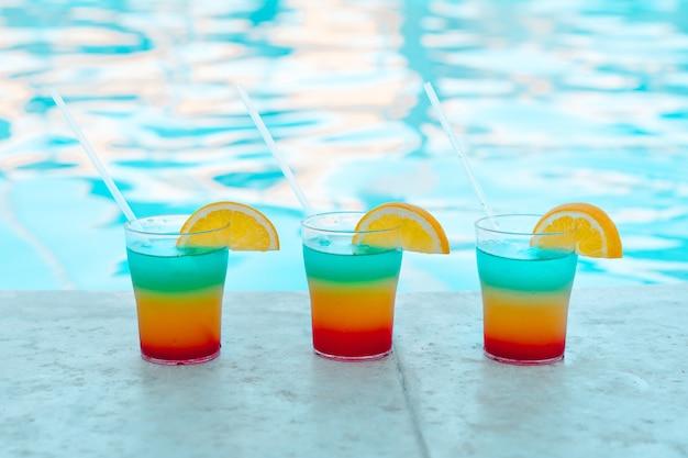 Beautifel savoureux cocktails près de la piscine