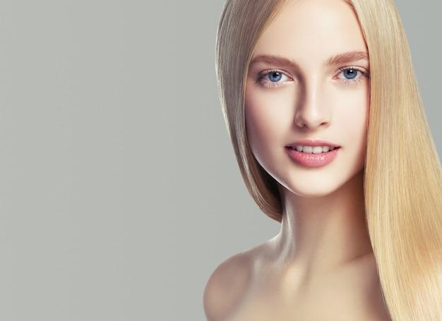 Beautifulhairwoman modèle de coiffure blonde cheveux longs peau saine. prise de vue en studio.