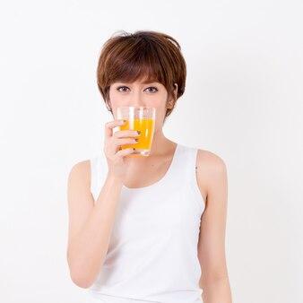 Beautifulyoung asie femme avec des aliments sains. isolé sur fond blanc