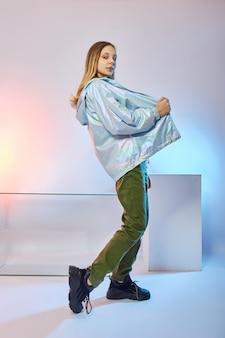 Beauty fashion girl dans de beaux vêtements d'automne sur un fond de couleur vive
