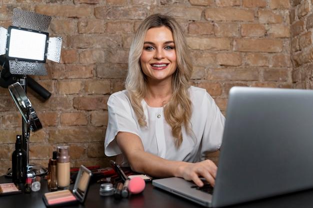 Beauty vlogger faisant une vidéo pour ses followers en ligne