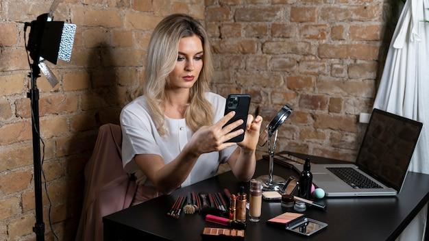 Beauty vlogger faisant une vidéo pour ses followers